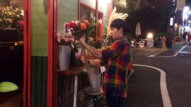 手際よく花を集めて