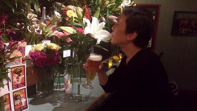 百合のふくよかな香りを肴に生ビールをいただく