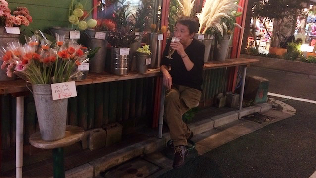 花に囲まれながら外飲みもできる。最高か