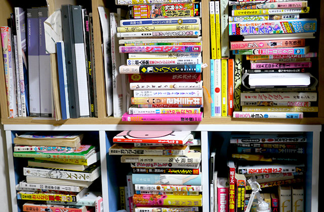 こんな感じの本棚がいっぱい。押し入れも本で埋まっています……整理しろって話ではありますが
