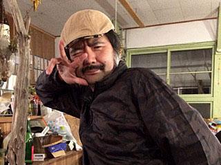 岡野さん。佐渡のイベントで知り合った時、ずっと柿の渋をとるための焼酎を飲んでいた。