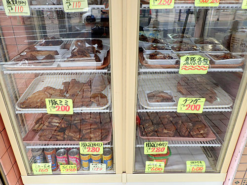 沖縄系のお店らしく、豚の耳や足も売られている。ならば豚足も買っておくか。