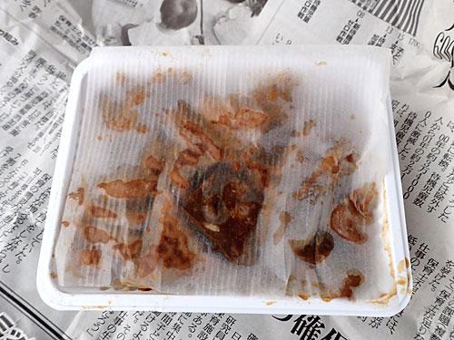 新聞紙を開くと、薄い紙の蓋越しにたっぷりのホルモンが透けて見えた。内臓シースルー!