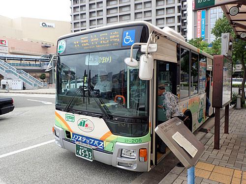 JR尼崎駅からバスで阪神尼崎駅へと向かう。ロータリー内のバスの行き先に、阪神と阪急が混ざっていて混乱した。