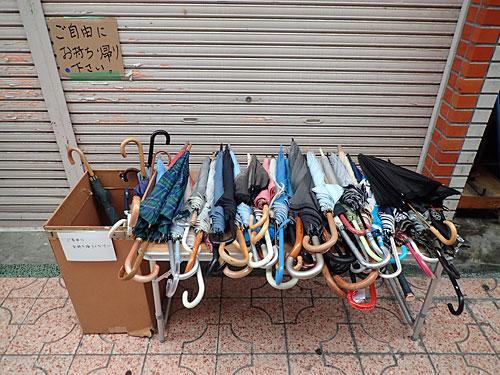 傘が無料の商店街、いいね。
