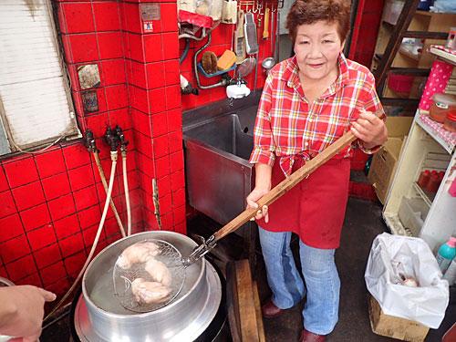 「こっちで煮ているのは豚足な。もう少しで煮えるから、またおいで」