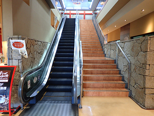 まずはエスカレーターで2階へ。