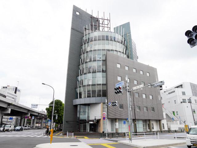飯田橋駅から徒歩約10分、特撮のロケにも使われたという格好いいビルの入口にいるのは……