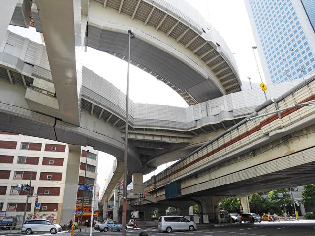 かっこいい首都高にみとれながら、京王・初台駅から少し歩くと、