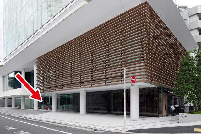 渋谷にあるキユーピー本社は、2016年に完成したばかりの真新しい建物。大部分がガラス張りになっているため、どんな風に定礎を設置しているのかと思いきや