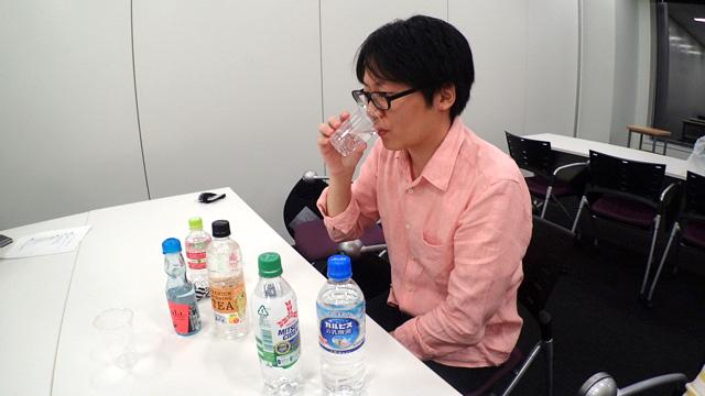 これだけの透明飲料を混ぜながら味をたしかめていると、商品企画の人に見えてくる。「透明なミルクティーの考案者」という説明が入っても違和感がない。
