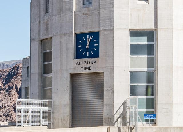 この両岸に2つずつある取水塔には時計がついていて、左岸がアリゾナ州の時間を