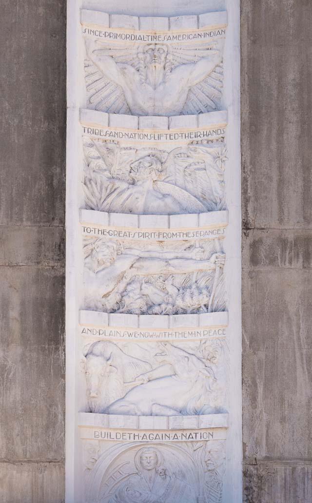 とくに白い部分のレリーフは印象的。ダムを築いた人類を高らかに讃えるこれを見て連想したのは、