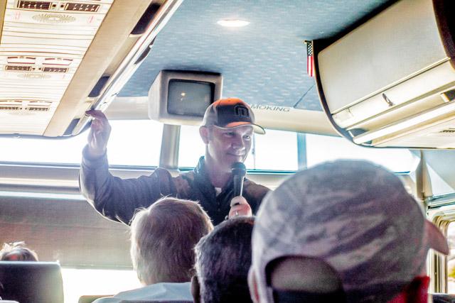 乗ってみたらびっくり。実際にガイドさん(ジェイソンさん)が道中ずっと客を湧かせてた。ほんとにコメディショウだった。