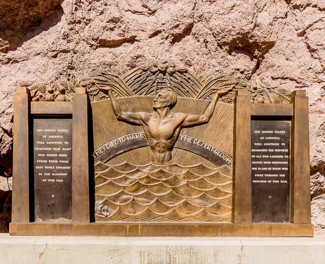 ダム右岸にある作業中に亡くなった方々を追悼する碑にも
