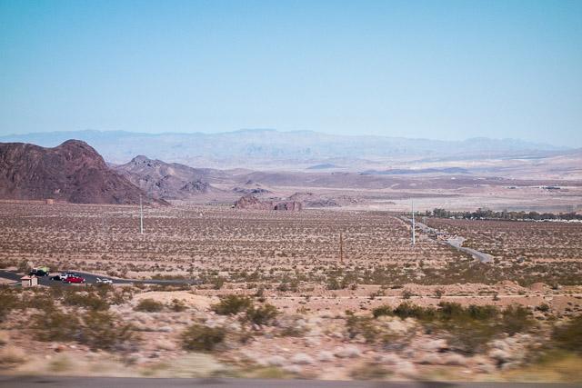 今回の旅行をふり返って、もっとも印象的だったのはこの砂漠っぷりだった。ラスベガスはこういう中にぽつんとある、明日になくなってもおかしくないとてもあやうい街なんだなあ、と思った。