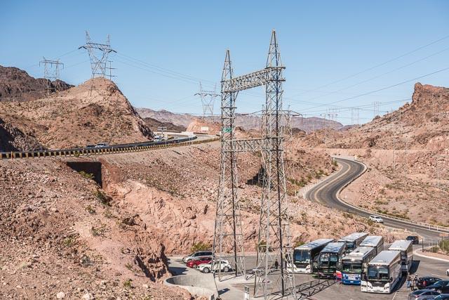 ツアー途中、トイレ休憩の駐車場。ダムからの送電線を支える鉄塔の群れ。チェルノブイリ周辺を思い出した。そしてやっぱりこの砂漠具合に度肝を抜かれる。