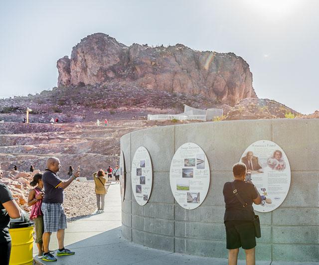 この駐車場にはダム解説展示があるのだが、その背後に聳える岩山が完全にジョン・ウェインの映画で観たやつ。