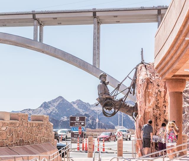 ダムのお土産物やさんの横にはこれまた巨大な作業者の像。たしかにこれは、ささやかではあるが人間の勝利だよな、と思う。