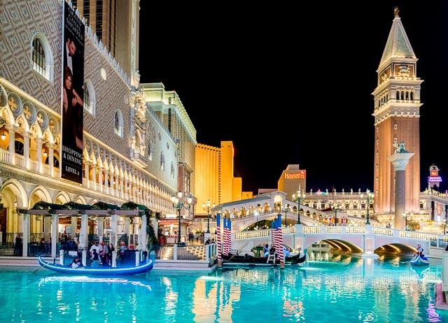 ホテル「ヴェネチアン」は建物の外に運河を再現。ゴンドラが浮かんでたりする。これだけでもどうかしてるんだけど、