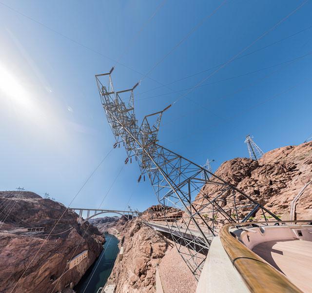 ジェイソンによれば、なんでこんなかというと下の発電所からのケーブルが、崖面にあたらないように、とのこと。