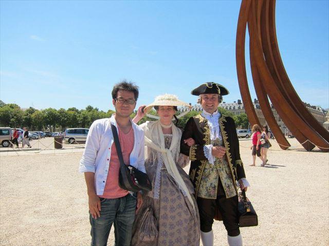 ヴェルサイユ宮殿前の広場で貴族風の男女と撮影。 撮影代払ってもいいつもりで撮ったら「じゃあ!」と去っていった、趣味?