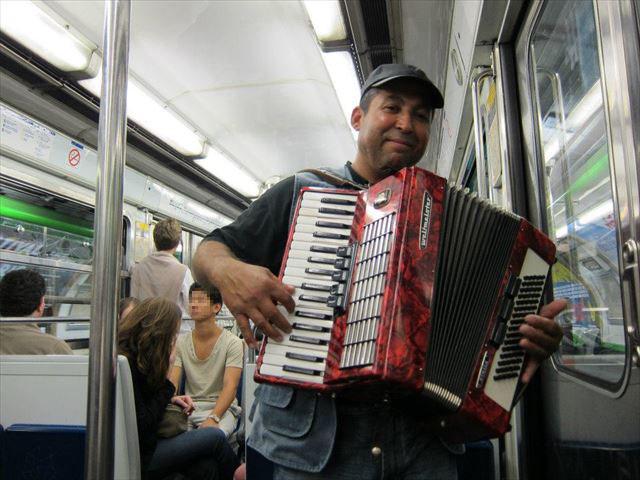 地下鉄で音楽を演奏していました(このあとコインを差し上げました)。