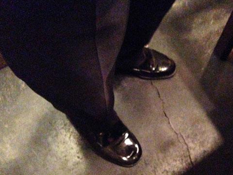 靴の写真。こちらもピカピカ。磨かれた靴に気合を感じる