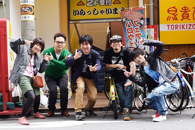 左から「シカク」副店長のみゆきさん、「シカク店長」の巴さん、私、常連客ヤマコさん、常連客ハヤトさんの5名。