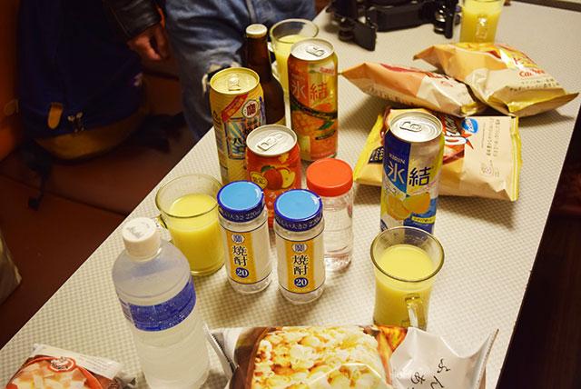 ドリンクバーの「コーンポタージュスープ」と缶チューハイが卓上に混在する変な朝。