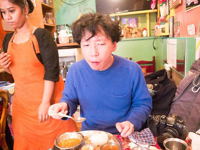 スプーンで食べてみると……お、日本のカレーを食べている感じ、というかふつうだ。