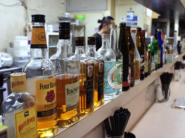 カウンター上に並ぶこれらのお酒