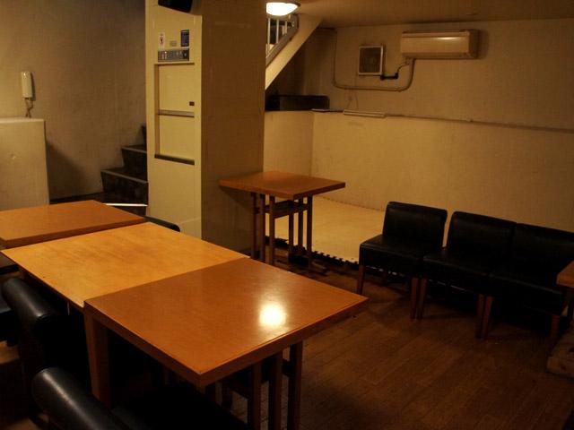広々とした地下スペースでは、頻繁にライブやトークイベントなども行われている