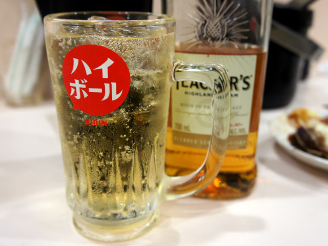 お次は手頃でうまいスコッチウイスキー「ティーチャーズ」のハイボールを。さすが、お客さんも良いお酒を知ってます