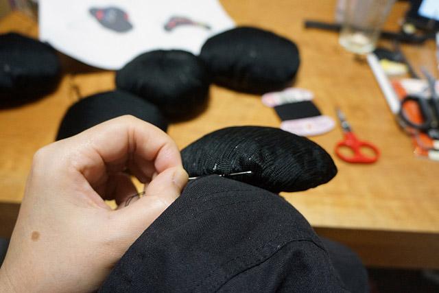 そして設計図に従って、ハンチングに縫い付ける。