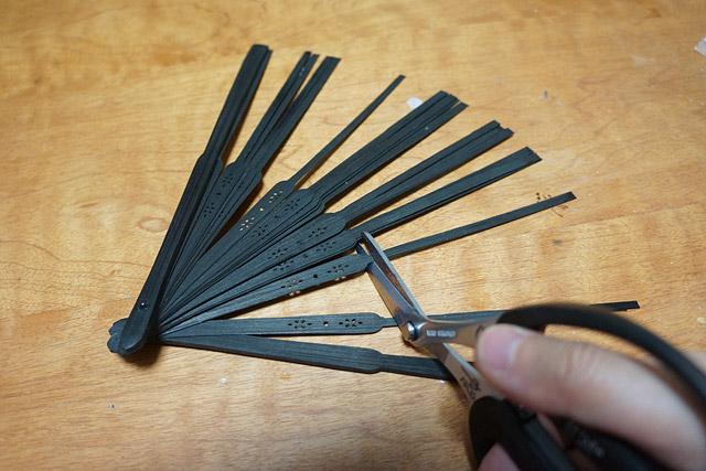 100円ショップの扇子から、それっぽい箇所を切り取る。