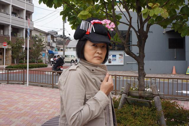 舞妓ハンチングをかぶると、舞妓探偵に変身するのだ!