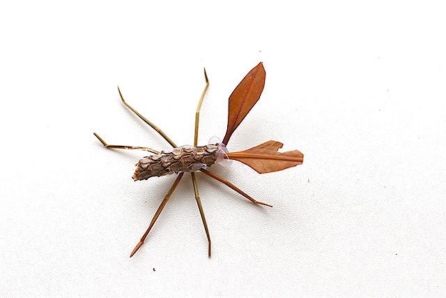 蛾の土台。足は松葉です。松葉、ちょう便利。