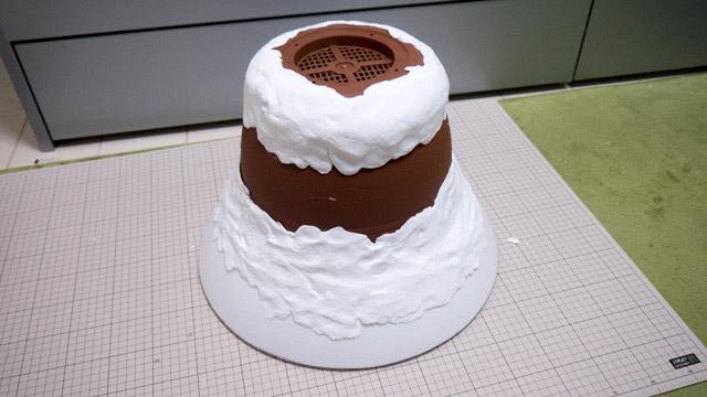 ガムテープで固定したあと、紙粘土で形を整える。なぜかおいしそうになってきた。