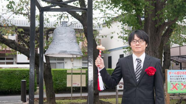 横に置かれた東京証券取引所の鐘