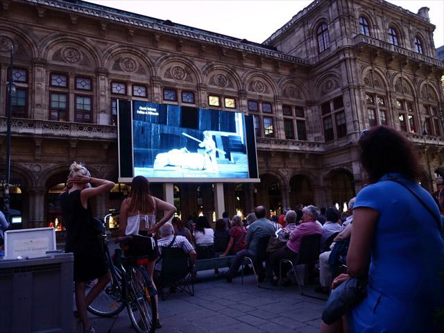 オペラ座前のパブリックビューイング。舞台が無料でLIVE中継されている