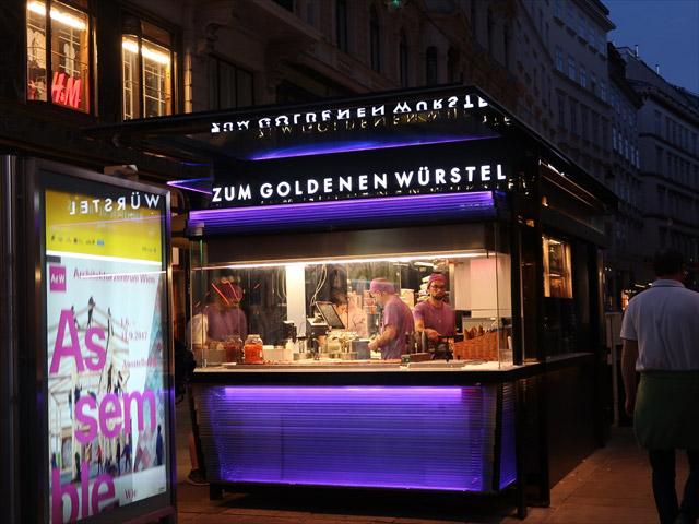 H&Mなども出店する、ウィーンの中心街のスタンドは看板もおサイケな極彩色。日本の飲食店では考えられない色使い