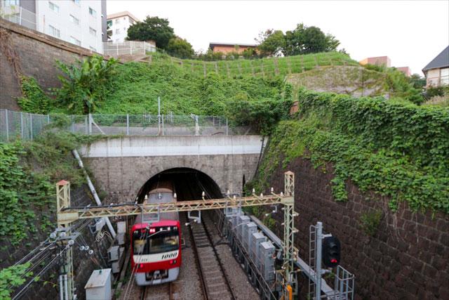 日ノ出町駅横の陸橋からは京急線のトンネルが見える