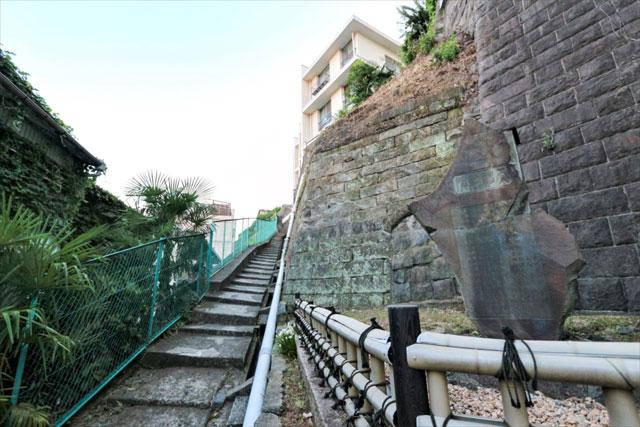 続けて、気が遠くなりそうな長い急階段があらわれた