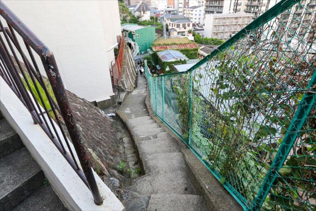 さらに登って振り返ると、崖にへばりつくように階段がある