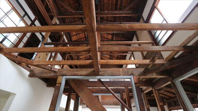 天井を抜いて開放感のあるスペースになっている