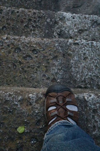 足が階段からはみ出てしまって怖い