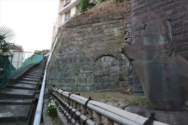 最初に通った日ノ出町駅近くの階段。右側に碑がある