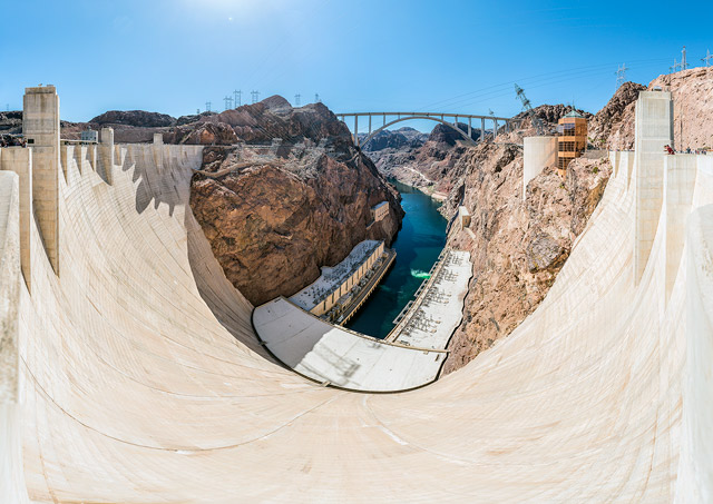 アメリカの巨大なダム、フーバーダム。大きすぎて意味がわからなくなるレベルでした。そして周囲の砂漠っぷりにも驚き。とにかくよくこんなの作れたな!と思います。