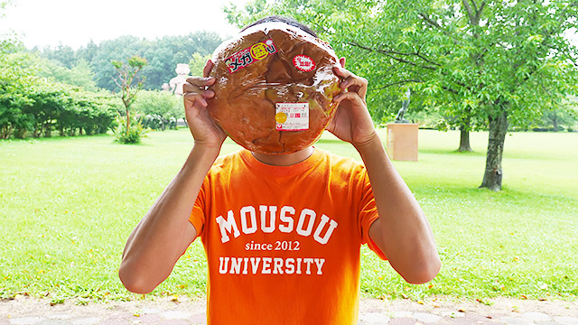 青森のコンビニ「オレンジハート」で見つけたハンバーガーがでかすぎるのでまあ見てください。